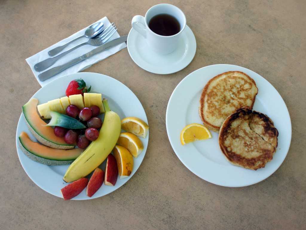 Breakfast: pancakes, assiette de fruits, thé