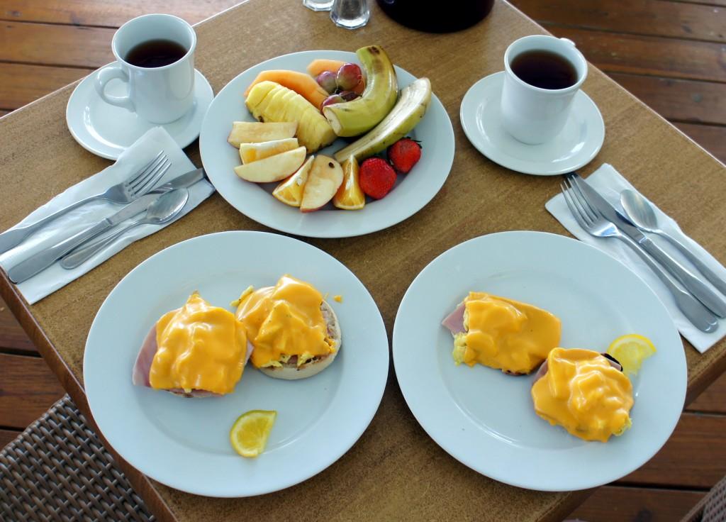 Breakfast: morning sandwich, assiette de fruits et thé